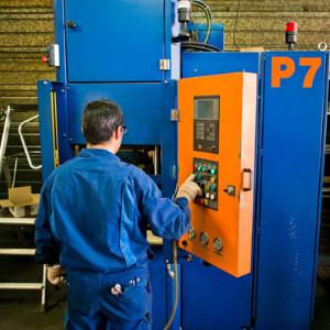 Image représentant un opérateur travaillant sur une presse